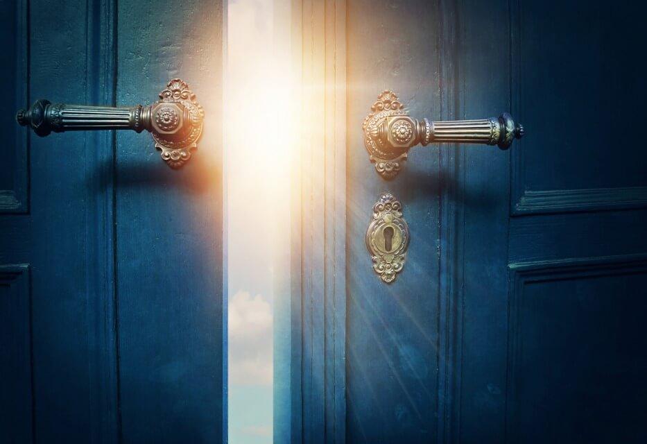 ドアが開く
